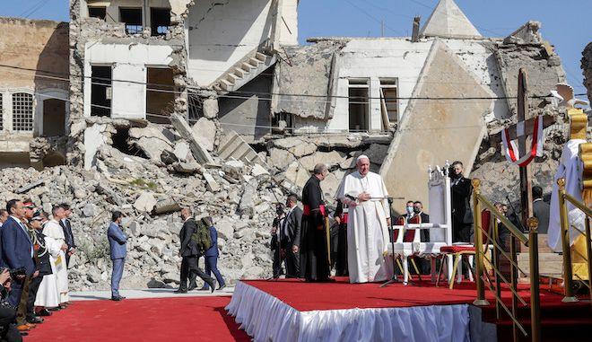 Ο Πάπας Φραγκίσκος φτάνει να προσευχηθεί για τα θύματα πολέμου σε πλατεία της Μοσούλης του Ιράκ, 7 Μαρτίου 2021