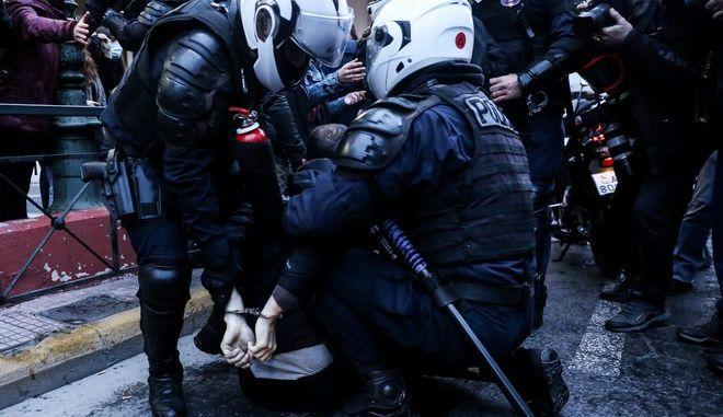 Αστυνομικοί συλλαμβάνουν πολίτη