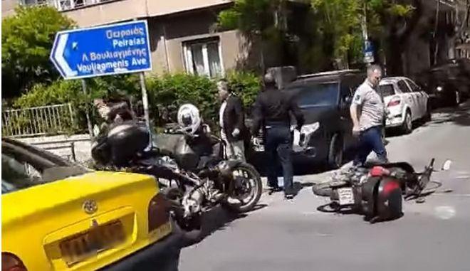 Στιγμιότυπο από το περιστατικό με τους αστυνομικούς και τον δικυκλιστή