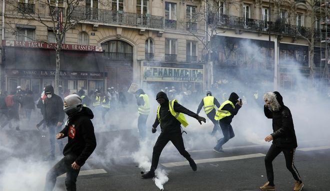Στιγμιότυπο από τις κινητοποιήσεις των κίτρινων γιλέκων στο Παρίσι