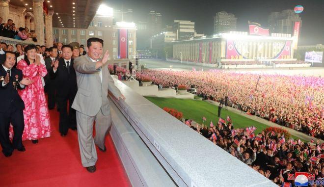 Ο Κιμ Γιονγκ Ουν στη στρατιωτική παρέλαση για την 73η επέτειο από την ίδρυση της Βόρειας Κορέας.