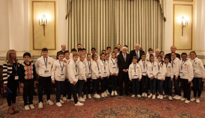 ΑΘΗΝΑ-Ο Πρόεδρος της Δημοκρατίας Προκόπιος Παυλόπουλος δέχθηκε μαθητές, μαθήτριες και καθηγητές  από την Σχολή ΣΑΧΕΤΙ του Γιοχάνεσμπουργκ της Ν. Αφρικής.Τους μαθητές,  τις μαθήτριες και τους συνοδούς καθηγητές τους,  θα συνοδεύει ο Υφυπουργός Εξωτερικών κ. Τέρενς Κουίκ, αρμόδιος για θέματα Απόδημου Ελληνισμού. Τετάρτη 29 Μαρτίου 2017.(EUROKINISSI-ΚΟΝΤΑΡΙΝΗΣ ΓΙΩΡΓΟΣ)