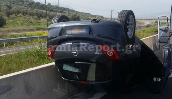 Αυτοκίνητο ντελαπάρισε στην εθνική οδό Αθηνών - Λαμίας