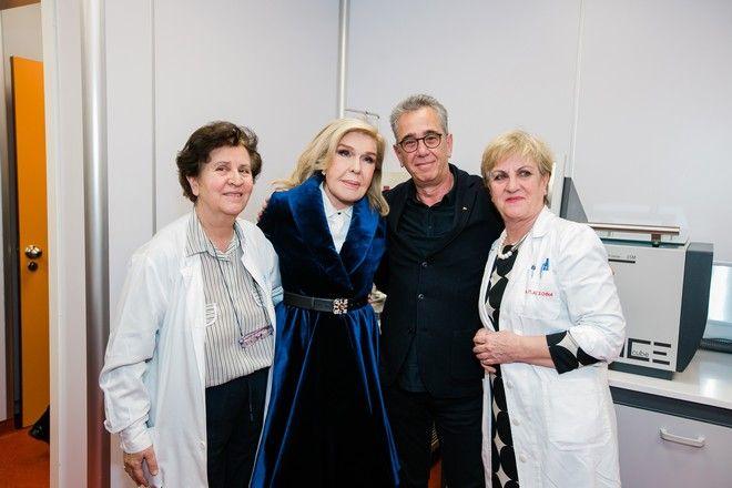 Ο Επιστημονικός Υπεύθυνος του Κέντρου Κυτταρικής και Γονιδιακής Θεραπείας, Ευγένιος Γουσέτης με τη Μαριάννα Β. Βαρδινογιάννη και με γιατρούς της Ογκολογικής Μονάδας Παίδων.