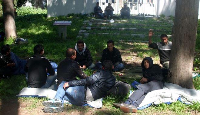Μετανάστες σε χώρο γύρω από το αστυνομικό τμήμα της Κω περιμένουν για να τους χορηγηθεί βεβαίωση για παραμονή έξι μηνών στη χώρα -αν είναι Σύριοι- είτε να τους χορηγηθεί βεβαίωση που τους υποχρεώνει να εγκαταλείψουν την Ελλάδα μέσα σε ένα μήνα. Η διαδικασία καταγραφής και έκδοσης των βεβαιώσεων διαρκεί τουλάχιστον ένα 24ωρο, κατά το οποίο κάπου πρέπει να κρατηθούν, έτσι κρατούνται στο Αστυνομικό Τμήμα(φωτό), ή στο Λιμεναρχείο. (EUROKINISSI)