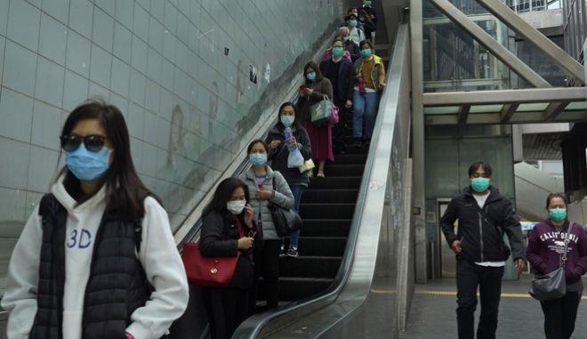 Κινέζοι πολίτες που φορούν προστατευτικές μάσκες