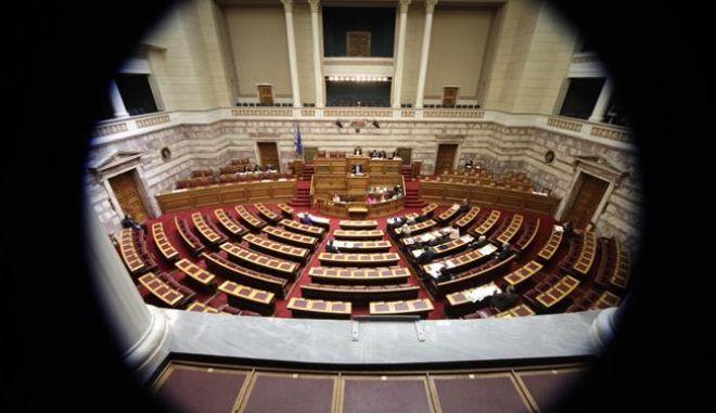Νοσμοσχέδιο 'σκούπα' στη Βουλή με ρυθμίσεις για προσωπικό ΟΤΑ, ΚΕΠ φτωχών και ΑΣΕΠ