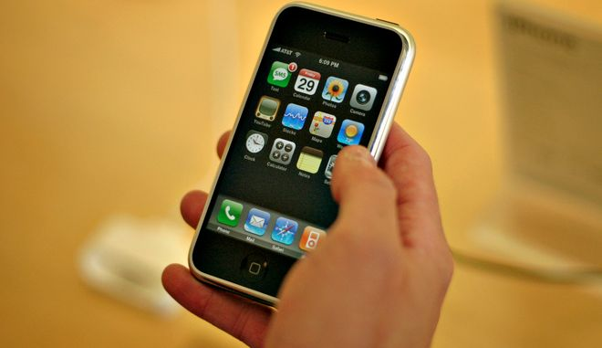 To πρωτο ιPhone που κυκλοφόρησε στις ΗΠΑ το 2007 και στον υπόλοιπο κόσμο το 2008 (AP Photo/Andrei Pungovschi)
