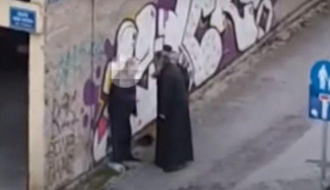Κοζάνη: Σε αργία ο ιερέας που χαστούκισε πολίτη στη μέση του δρόμου