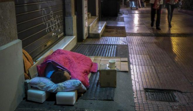 Άστεγος κοιμάται στο πεζοδρόμιο σε δρόμο της Αθήνας. (EUROKINISSI/ΓΙΩΡΓΟΣ ΚΟΝΤΑΡΙΝΗΣ)