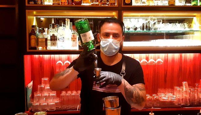 Ο Πέτρος δουλεύει εδώ και λίγες ημέρες ως bartender στο