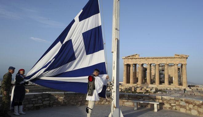 Η προεδρική φρουρά κατά την υποστολή της σημαίας από τον ιερό βράχο της Ακρόπολης