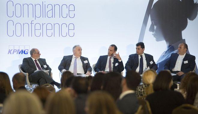 Στιγμιότυπο πάνελ: (από αριστερά) Γ. Ραουνάς, Γενικός Διευθυντής της KPMG, Π. Δασμάνογλου, Γενικός Διευθυντής Κανονιστικής Συμμόρφωσης και Εταιρικής Διακυβέρνησης της Εθνικής Τράπεζας και του Ομίλου, Ά. Δημητριάδης, Executive Director Κανονιστικής Συμμόρφωσης, Διαχείρισης Εταιρικών Κινδύνων και Ασφάλισης Ομίλου ΟΤΕ, Σ. Καραπιδάκης, Διευθυντής Κανονιστικής Συμμόρφωσης και Υπεύθυνος Προστασίας Δεδομένων της ΜΥΤΙΛΗΝΑΙΟΣ και Ε. Τσερέκο, Πρόεδρος ΣΕΚΑΣΕ