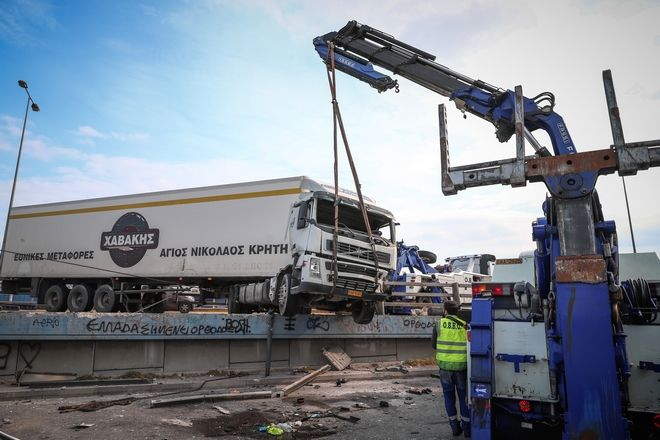 Σοβαρό τροχαίο στην συμβολή των οδών Λ.Κηφισσού και Ι.Οδού, όταν νταλίκα προσέκρουσε στα προστατευτικά κιγκλιδώματα και ο τράκτορας έπεσε στον παράδρομο της γέφυρας.Τραυματίας ο οδηγός του οχήματος, Κυριακή 7 Μαρτίου 2021 (EUROKINISSI/ΒΑΣΙΛΗΣ ΡΕΜΠΑΠΗΣ)