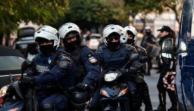 Αστυνομικοί πάσης φύσεως έξω από την οικία Ινδαρέ στις 18 Δεκεμβρίου του 2019