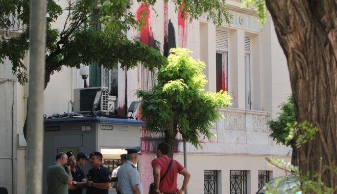 """Επίθεση με μπογιές στην πρόσοψη της τουρκικής πρεσβείας στην Αθήνα από μέλη της αντιεξουσιαστικής ομάδας """"Ρουβίκωνας"""", την Τρίτη 26 Ιουλίου 2016. Δέκα -περίπου- άτομα πέταξαν μπουκάλια με κόκκινες και μαύρες μπογιές στην πρόσοψη του κτηρίου. Παράλληλα, πέταξαν φέιγ βολάν με συνθήματα υπέρ του λαού της Τουρκίας. (EUROKINISSI/ΣΤΕΛΙΟΣ ΣΤΕΦΑΝΟΥ)"""