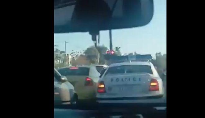 Η στιγμή που περιπολικό ανοίγει τον δρόμο σε αυτοκίνητο που μεταφέρει έγκυο