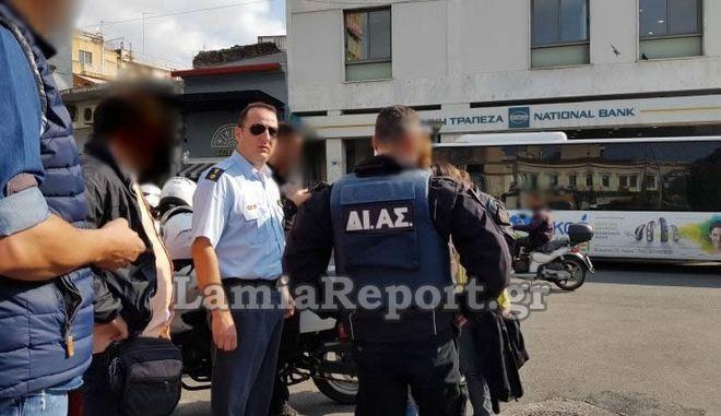 Συναγερμός για άγριο καβγά στη Λαμία: Έβγαλε μαχαίρι μέσα σε αστικό λεωφορείο