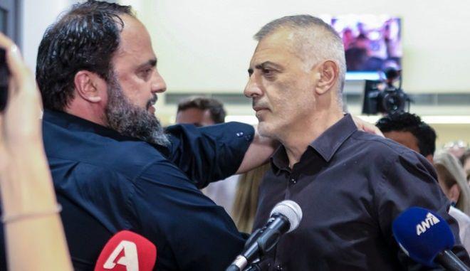 Ο Βαγγέλης Μαρινάκης συγχαίρει τον Γιάννη Μώραλη για την ευρεία διαφορά στον Α' Γύρο