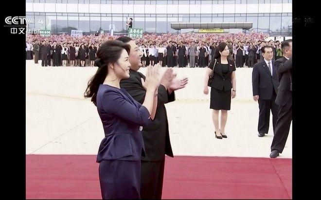 Ο Κιμ Γιονγκ Ουν μαζί με τη γυναίκα του