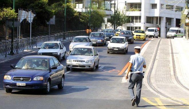 Τροχονόμος επιβλέπει την κίνηση στους δρόμους