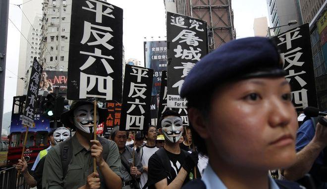 Στιγμιότυπο από διαδήλωση στο Χονγκ Κονγκ κατά την επέτειο της Τιενανμέν