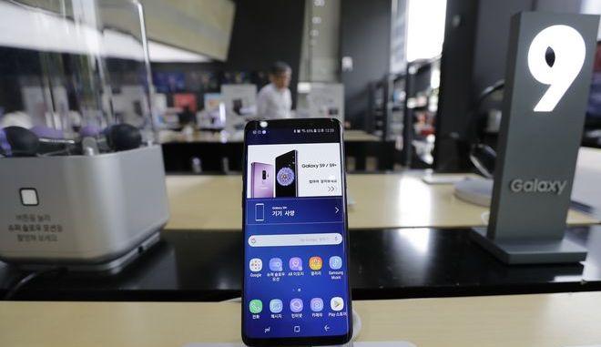 Smartphone σε κατάστημα ηλεκτρονικών ειδών