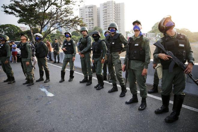 Στρατιωτικές δυνάμεις στο πλευρό του Γκουαϊδό στο βάση Καρλότα
