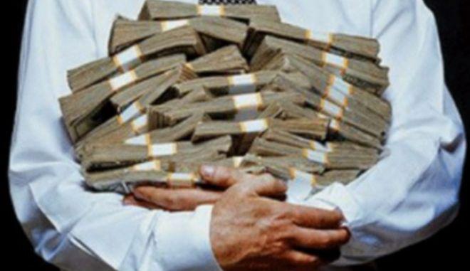 Δήλωνε ανεπάγγελτος και είχε σπίτι του χιλιάδες ευρώ και πλάκες χρυσού