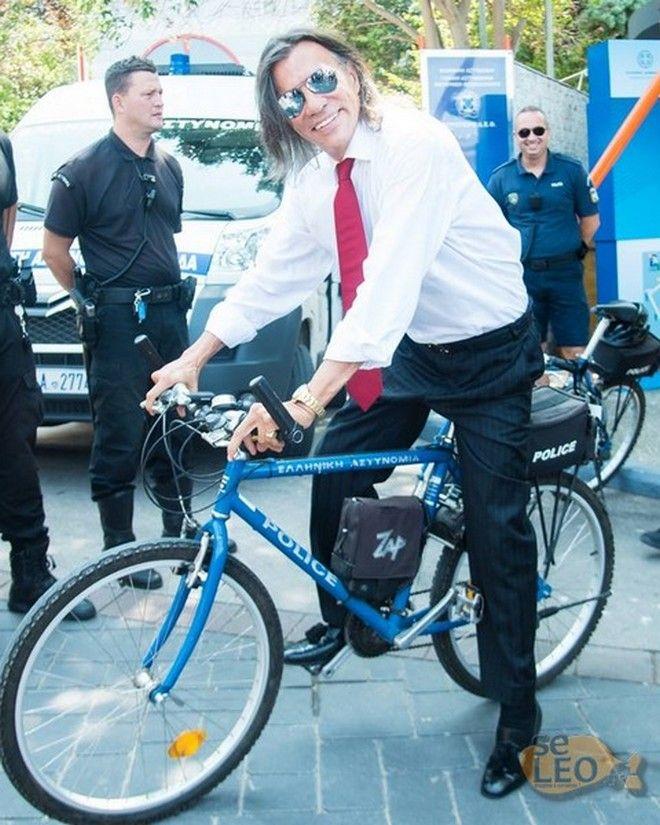 Ο Ηλίας Ψινάκης με ποδήλατο της ΕΛ.ΑΣ στη ΔΕΘ