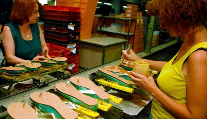 Εργάτριες δουλεύουν σε στιγμιότυπο απο το εργοστάσιο υποδημάτων elite, σήμερα 14 Ιουλίου 2008           ( EUROKINISSI / ΧΑΣΙΑΛΗΣ ΒΑΪΟΣ )