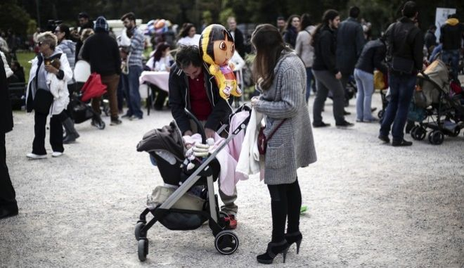 The 6th Panhellenic simultaneous public breastfeeding, in 50 cities of Greece, by the National Network of Voluntary Support Groups Breastfeeding and Motherhood, on November 1 , 2015, Athens / O 6   ,  50   ,                   , 1 , 2015,  ,