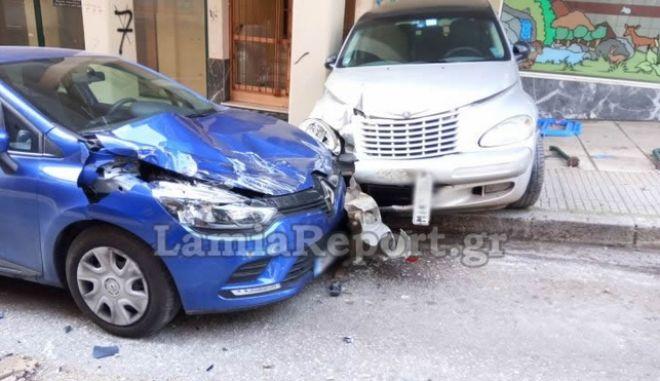 Λαμία: Μηχάνημα κύλησε σε κατηφόρα και σμπαράλιασε έξι αυτοκίνητα