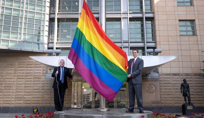 Ρωσία: Τις ΛΟΑΤΚΙ σημαίες ύψωσαν οι πρεσβείες των ΗΠΑ, Καναδά και Βρετανίας