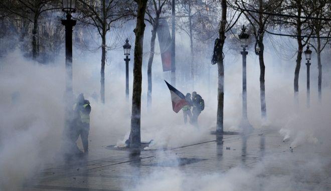 Δακρυγόνα στη Σανζ Ελιζέ του Παρισιού στη νέα κινητοποίηση των κίτρινων γιλέκων