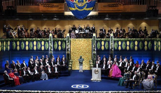 Η τελετή απονομής του βραβείου Νόμπελ, στη Στοκχόλμη, Δευτέρα, 10 Δεκεμβρίου 2018. Οι βραβευμένοι με Νόμπελ κάθονται στην πρώτη σειρά αριστερά και η βασιλική οικογένεια στα δεξιά. Φωτογραφία αρχείου