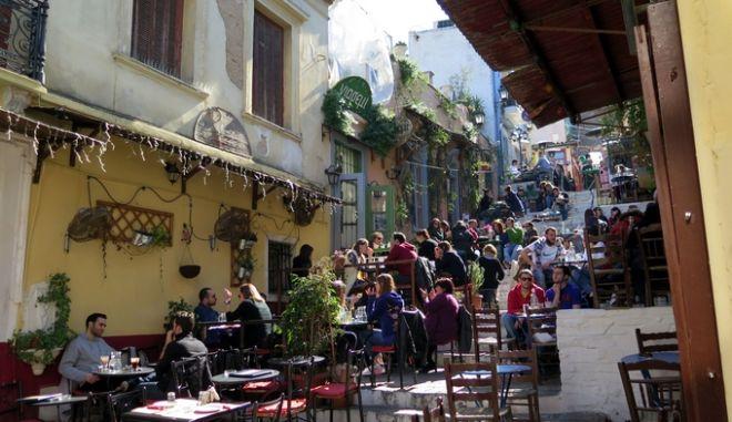 Κόσμος κάθεται σε καφετέρια της Πλάκας εκμεταλλευόμενος την ανοιξιάτικη ημέρα την Δευτέρα 2 Μαρτίου 2015. (EUROKINISSI/ΑΝΤΩΝΗΣ ΝΙΚΟΛΟΠΟΥΛΟΣ)