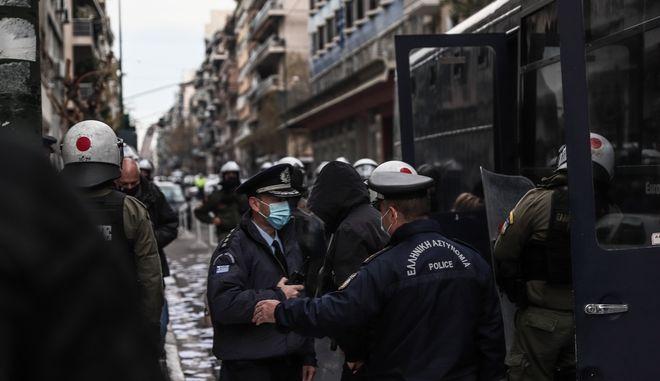 Ομάδα αντιεξουσιαστών εισέβαλε στο Υπουργείο Υγείας και πέταξε τρικάκια για τον Κουφοντίνα