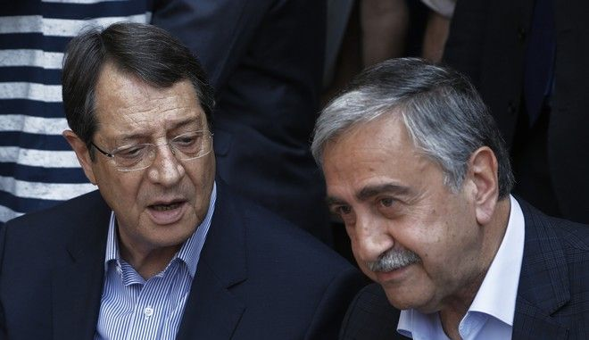 O Πρόεδρος της Κυπριακής Δημοκρατίας Νίκος Αναστασιάδης με τον Τουρκοκύπριο ηγέτη Μουσταφά Ακιντσί σε συνάντηση τους το 2015 στη Λευκωσία