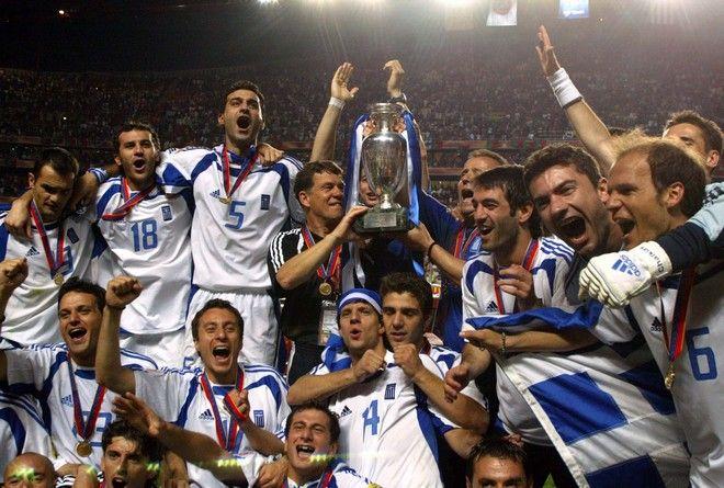 Πορτογαλία 2004: Η στιγμή που η ποδοσφαιρική ομάδα της εθνικής Ελλάδας σηκώνει την κούπα