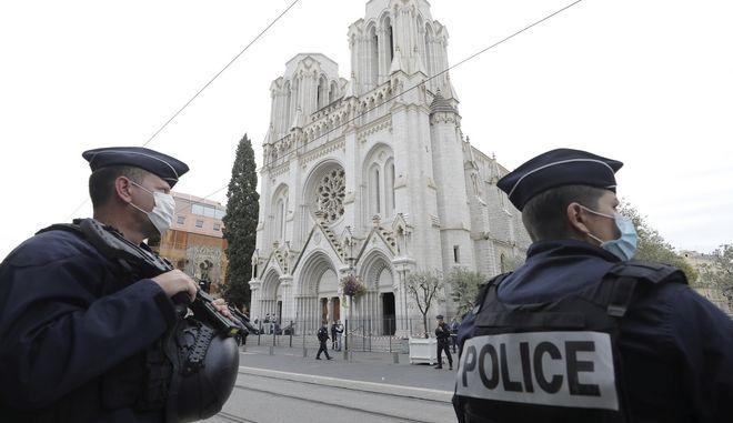 Αστυνομικοί έξω από τη Νοτρ Νταμ της Νίκαιας