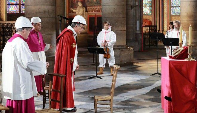Λειτουργία στην Παναγία των Παρισίων τη Μεγάλη Παρασκευή των Καθολικών