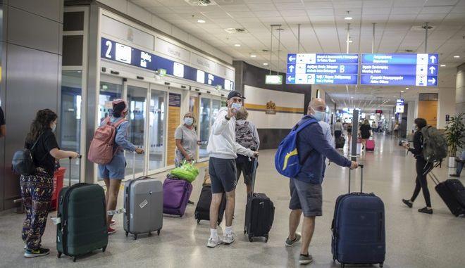 Βρετανοί τουρίστες στο αεροδρόμιο Ελ. Βνιζέλος.