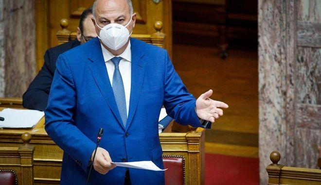 Ο Κώστας Τσιάρας στη Βουλή κατά τη συζήτηση για τη συνεπιμέλεια