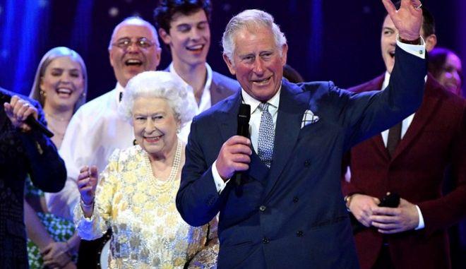 Η βασίλισσα Ελισάβετ στη σκηνή του Royal Albert Hall μαζί με τον πρίγκιπα Κάρολο