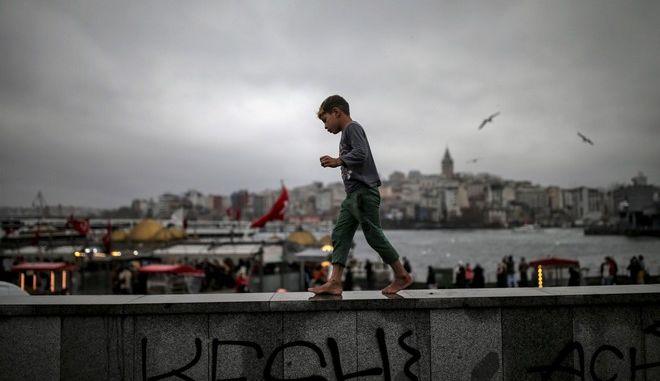 Αγόρι περπατάει στην Τουρκία