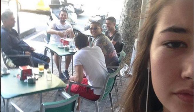 Βγάζει selfie με κάθε άντρα που την παρενοχλεί