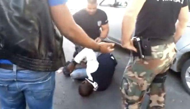 Κύπριοι αστυνομικοί σπάνε το πόδι Αφρικανού νόμιμου μετανάστη