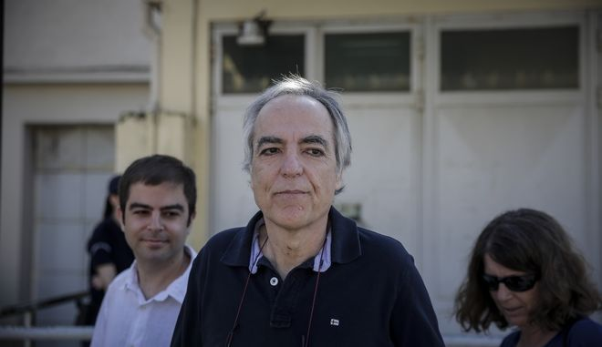 Ο Δημήτρης Κουφοντίνας έξω από τις φυλακές Κορυδαλλού