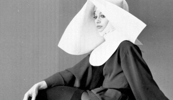 Η φωτογραφία της Καρά, με ράσο μοναχής και καλτσοδέτες ήταν ένας από τους λόγους που το Βατικανό την είχε χαρακτηρίσει ως 'ξεδιάντροπη'.